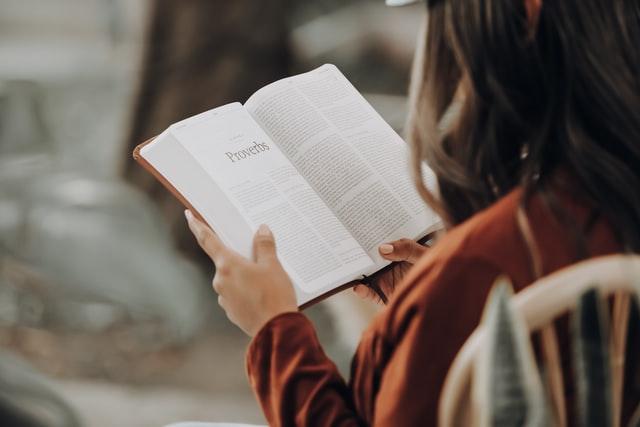 聖書を声に出して読むとストレスが減る?セロトニンと音読(詩篇 1:1-2)